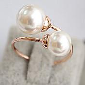 女性の優雅な真珠のリング