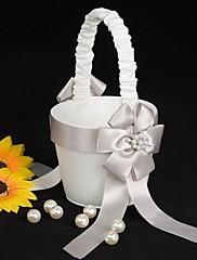 cvijeća u košaricu bijelog satena s promašaj lju