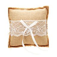 Almohada del anillo de bodas en color beige de lino con encaje
