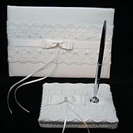 elegant bryllup gjestebok og penn sett med blonder skilt i boken