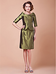 Lanting Bride Sheath / Column Plus Size / Petite Mother of the Bride Dress Knee-length Half Sleeve Taffeta with Buttons
