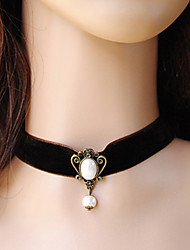 Femme gothique Black Velvet Royal Pearl Necklace