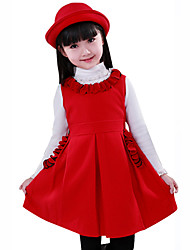 Elegante vestido del diseño de la muchacha