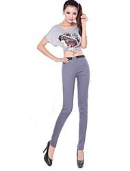 sottili pantaloni skinny elasticizzati delle donne