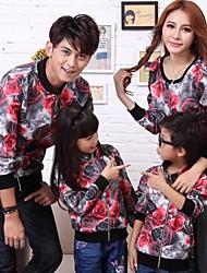 мода и личностные печати дети семьи, соединяющие молнии пальто