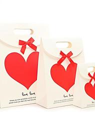 corazón caja de regalo del modelo con la cinta