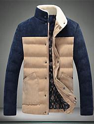 c&coton couleurs assorties de k hommes se tiennent manteau col