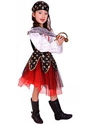 Les filles de vêtements halloween performance sur scène des costumes des enfants s'habillent pirate costume de pirate soirées dansantes