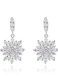 roxi don de femmes classique véritable autrichien du blanc éclatant de petits cristaux de zircon flocon boucles d'oreille (une paire)