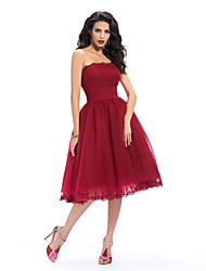 Um vestido de dama de honra sem alças strapless de joelho vestido de dama de tul com appliques rendas