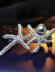 maman avec une broche étoile de mer de perles