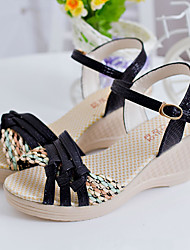 Damen Sandalen Komfort PU Sommer Normal Komfort Schnalle Kombination Keilabsatz Schwarz Purpur Blau 5 - 7 cm