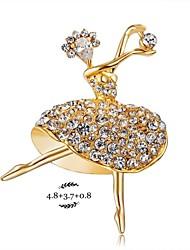belle fille qui danse avec broche en diamant