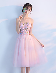 Une ligne de longueur de thé sans bretelles, une robe de cocktail en tulle avec une ou plusieurs fleur (s)