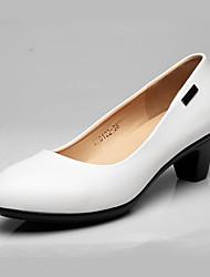 Feminino Saltos Sapatos formais Couro Primavera Outono Sapatos formais Salto Grosso Branco Preto 7,5 a 9,5 cm