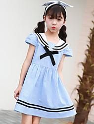 Menina de Vestido Listrado Manga Curta