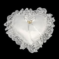 Подушка для обручальных колец в форме сердечка и с белом кружевом