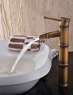 Tyylikäs kylpyhuoneen hana, öljyttyä pronssia
