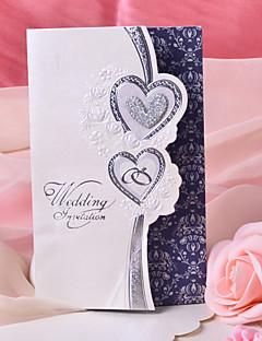 """Nem személyre szabott Tri-Fold Esküvői Meghívók Meghívók-50 Darab / készlet Szív stílus Gyöngy-papír 7 1/2 """"×6 1/4"""" (19*13,5 cm)"""