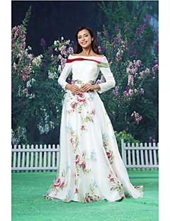 una linea di abiti da sera formale - bianco pavimento-lunghezza off-the-spalla organza / raso