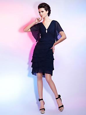 칵테일 파티 / 홈 커밍 드레스 - 리틀 블랙  드레스 시스 / 칼럼 V-넥 무릎 길이 쉬폰 와 크리스탈 브로치 / 루시 주름 장식 / 티어