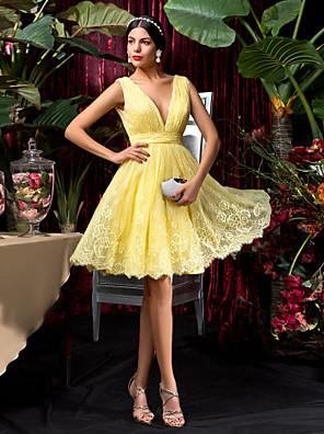 Lanting Bride® Knælang Blondelukning Brudepigekjole A-linje V-hals Plusstørrelse / Petite med