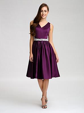 Lanting Bride® Até os Joelhos Cetim Vestido de Madrinha - Linha A Decote V comMiçangas / Laço(s) / Botões / Detalhes em Cristal / Faixa /
